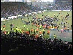 Publikum stormet banen etter å ha tapt for Tottenham i FA-cupen