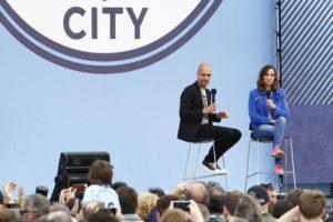 Akkurat da Pep Guardiola skulle til å komme på scenen fikk en publikummer et illebefinnende og seansen ble midlertidig avbrutt.
