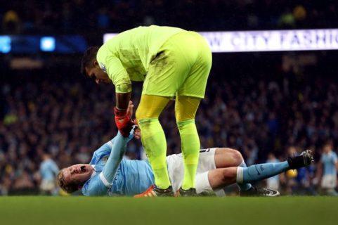 Everton-keeper Joel Robles måtte unnskylde etter å ha prøvd å dra en alvorlig kneskadet Kevin De Bruyne opp på beina.
