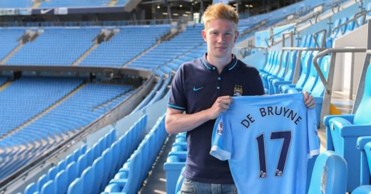De Bruyne poserer med drakta til den nye klubben sin - Manchester City!